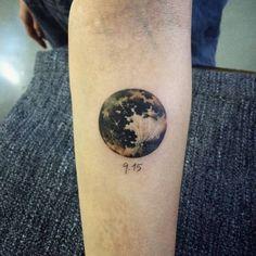 Tatuaje de una luna realista situado en el interior del...