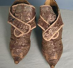 French shoes -silk brocade ~ ~ With some skinny jeans? Vintage Gowns, Vintage Shoes, Vintage Ladies, Vintage Outfits, Vintage Fashion, 18th Century Clothing, 18th Century Fashion, 17th Century, Baroque