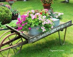 Vintage Decor Ideas Wheelbarrow Vintage Garden Flower Display - Vintage garden design is a growing trend all around the world. Check out the best decor ideas and make your outdoor space truly gorgeous. Vintage Gardening, Vintage Garden Decor, Diy Garden Decor, Garden Ideas, Garden Decorations, Garden Projects, Style Cottage, Wheelbarrow Garden, Rustic Gardens