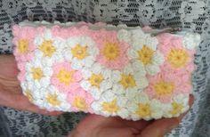 Vând geanta cu flori pufoase pe roz si alb,cu centrele acestora galbene,fermoar si material pe interior pentru căptușeala.