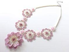 ピンクのお花のキラキラビーズネックレス