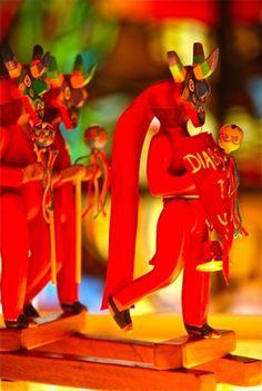 Podemos escuchar el toque del tambor y sentir el calor de las danzas folklóricas venezolanas, tales como los Diablos Danzantes de Yare  Juguetero Mario Alfredo Calderón Disney Characters, Fictional Characters, Disney Princess, Mario, Bella, Beautiful, Drum, Festivals, Museums
