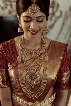 Talk about a South Indian bridal look, and apart from intricate blouse designs and magnificent Kanjeevaram sarees, it's the temple jewellery designs that catches everyone's attention! These exquisite. Kerala Wedding Saree, Bridal Sarees South Indian, South Indian Bridal Jewellery, Indian Bridal Outfits, Indian Bridal Fashion, Saree Wedding, Bridal Hairstyle Indian Wedding, Bridal Hairstyles, Lehenga Hairstyles
