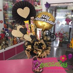 Cilindro decorado para celebrar una fecha especial ❤️ @dencantos #CreacionesDencantos #Dencantos #Floristeria #Tarjeteria #Peluches #Regalos  #CalleComercio #Cagua #Aragua #Detalles #Globos Chocolate Flowers Bouquet, Photos Booth, Diy Gift Baskets, Balloon Flowers, Candy Bouquet, Ideas Para Fiestas, Candy Gifts, Simple Gifts, Chocolates