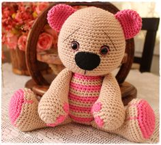 Amigurumi Boutique Sake: mignon Amigurumi Teddy Bear --- Because you need something else to do :) Crochet Quilt, Crochet Bear, Knit Or Crochet, Cute Crochet, Crochet Animals, Crochet Crafts, Crochet Dolls, Yarn Crafts, Crochet Projects