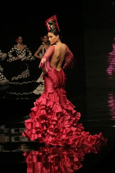El Salón Internacional de la Moda Flamenca (SIMOF) reune cada Febrero en Sevilla a los mejores diseñadores del mundo flamenco / Every February, the International Flamenco Fashion Show (SIMOF) of Seville is the annual meeting point of the best designers in the flamenco world