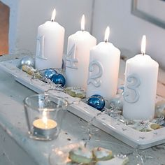 Moderne Adventskränze - Elegantes Weiß in einem Teller