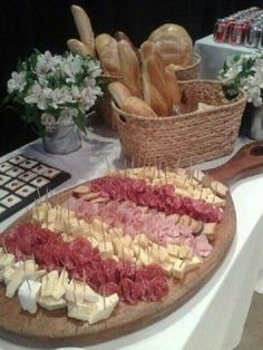 pitted green olive, stuffed with marinated red pepper, and skewered with a piece of salami, and some cheese Party Platters, Party Trays, Food Platters, Snacks Für Party, Meat Cheese Platters, Cheese Party, Food Displays, Meat And Cheese, Food Decoration