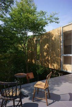 Inspirada em casas de passarinhos, a +Node House fica no mesmo local que elas, em meio à floresta de Fukuyama, no Japão. Projetada pela UID Architects, a casa suspensa de madeira é minimalista e moderna, sendo adaptada ao meio em que se encontra.