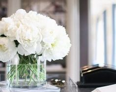 simple round vase with white flowers on mirrors with candles and white petals Faux Flowers, My Flower, Fresh Flowers, White Flowers, Beautiful Flowers, Flower Power, Flowers Vase, Simple Flowers, Flowers In Home