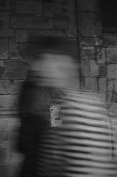 """"""" PRESSÉ """" JADE Parigi-Quartieri Latini- 2014 Nikon d5100 18mm f 3/5 1/8 sec ISO100   Tutto scorre così in fretta che non abbiamo mai tempo di leggere tra le righe."""