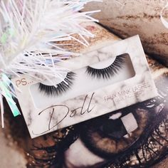Irgendwie habe ich gerade eine neue Leidenschaft entwickelt - #FakeLashes 😍 ich könnte mir gefühlt alle #Falsies die mir unterkommen kaufen 🙈 mein neuster Zugang sind die Doll Lashes von @primark.beauty aus der #FauxMink Collection ❤️ www.bibifashionable.at 📱💻📄 #bibifashionable #falselashes #lashes #beautyflatlay #primarkbeauty #primark #obsession