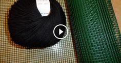 Questo tutorial ci spiega come realizzare una borsetta o borsa lavorata sulla rete. Questo metodo ci consente di avere una borsa perfettamente Bargello, Knitted Bags, Chrochet, Handmade Bags, Plastic Canvas, Needlepoint, Baskets, Diy Crafts, Knitting
