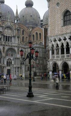 Lluvia en  Plaza San Marco, Venecia, Italia