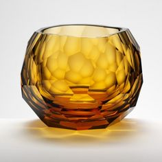 The Glacier motif has been designed exclusively for Artěl by David Wiseman. Its slightly asymmetrical shape evokes natural ice formations, while its hand-cut facets reflect light in mesmerizing patterns. The shape of the Double Old Fashioned has been carefully conceived to retain the aroma of whiskey.
