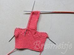 Babysokjes breien foto 3 Crochet Baby, Crochet Bikini, Crochet Top, Baby Bjorn, Happy Baby, Knit Patterns, Knitting, Swimwear, Women