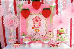 Hwtm.com has some berry cool classic Strawberry Shortcake birthday party ideas!