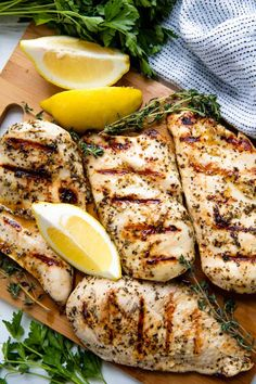 Healthy Grilling Recipes Summer- This Simple Grilled Chicken Recipe has a lemon, garlic, and herb marinade that m. Grilling Recipes, Gourmet Recipes, Healthy Recipes, Grilling Ideas, Healthy Food, Healthy Grilling, Meat Recipes, Drink Recipes, Chicken Filet