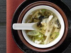 Typisch asiatisch! Scharf-saure Suppe - mit Schweinefleisch, Tofu und Baumpilzen - smarter - Kalorien: 230 Kcal - Zeit: 1 Std.  | eatsmarter.de