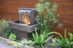 Маленький фонтан в качестве украшения территории двора