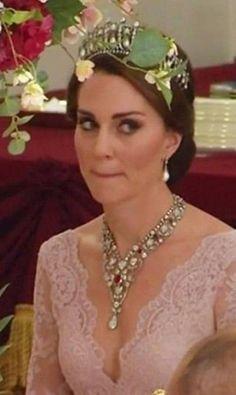 Kate Middleton também caprichou na escolha das joias e do modelito para o banquete. A duquesa de Cambridge apostou no colar de diamantes e rubis batizado de Rei George VI (emprestado pela Rainha Elizabeth, segundo informações do The Daily Mirror) e o combinou com a tiara Cambridge Lover's Knot, de diamantes e pérolas, do acervo da princesa Diana Reprodução Twitter Kate Middleton Style