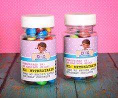 Frascos de dulces con la etiqueta de medicamentos para tu fiesta Doctora Juguetes. #FiestaDoctoraJuguetes