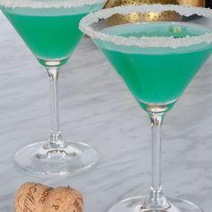 Pool blau, ein würziger Cocktail zum Trinken im Sommer . - Le bleu piscine, un cocktail acidulé à boire l'été { Pool blau, ein würzige - Cocktail Bleu, Paloma Cocktail, Bacardi Drinks, Vodka Cocktails, Detox Drinks, Fun Drinks, Detox Lunch, Christmas Cupcakes, Mojito