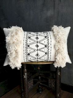 If you become stuck for ideas, you cam see this elegant mudcloth pillow design and you'll be able to get a great deal of ideas that are helpful. Rustic Pillows, Boho Pillows, Diy Pillows, Throw Pillows, Designer Pillow, Pillow Design, Pillow Inspiration, Look Boho, African Mud Cloth