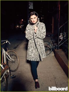 Idina Menzel wears the chelsea de luca 'Love Is The Only Gold' Cocktail Ring in Billboard Magazine. Pretty People, Beautiful People, Disney Queens, Billboard Magazine, Idina Menzel, Best Actress, Girl Crushes, Old Women, Looking Gorgeous