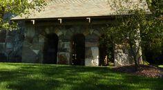 Capela Barbara Johnson Prickett, no campus da Escola Westminster em Atlanta, estado da Georgia, USA. Vista lateral da capela. Ela é composta por oito arcos feitos de granito Adirondack e uma torre de granito de 8,2 m de altura localizada na parte traseira do edifício. A capela de Westminster foi esculpida principalmente por Alan M. Webster Jr. e Curt von Schilgen. Toda a pedra é granito da região de Adirondack no norte de Nova York.  Fotografia: Terry Kearns no Flickr.
