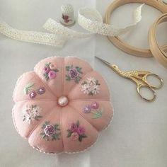 いいね!419件、コメント23件 ― 【atelier Ao】 Mayuさん(@atelier.ao)のInstagramアカウント: 「* * 8つの花刺繍のピンクッションが完成しました。大きなバロックパールを中心に飾りました。 * I made a pincushion with 8 flowers. * * *…」
