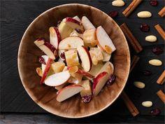 Juusto-omenasalaatti jogurttikastikkeessa