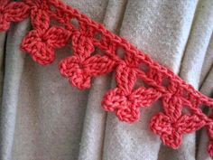 DIY Schmetterling-Häkelborte mit Häkelschrift (hier als Raffhalter an Gardine) - - - - - These butterfly trim crochet curtain ties are a great stash buster project. Check out the pattern by Mr Micawber's Recipe for Happiness. Crochet Home, Crochet Trim, Love Crochet, Crochet Crafts, Crochet Projects, Crochet Wreath, Crochet Motifs, Crochet Borders, Crochet Stitches