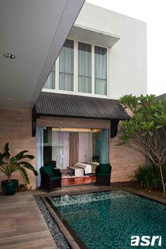 Bedroom overlooking pool  Kamar tidur utama diapit oleh gazebo di taman samping dan kolam renang di halaman belakang sehingga memberikan pemandangan yang maksimal bagaikan di hotel resor berbintang.