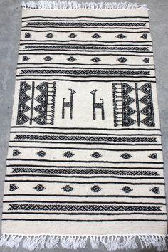 2x3.9 tribal tunisien pieds tribales imprimé tapis tissé à la main. Une excellente façon d'ajouter une petite touche de la Tunisie à votre maison. Idéal pour l'entrée de portes ! Ce sont des tapis kilim, alors les matériaux sont principalement en laine mixte w / coton. Se décline en 4 couleurs