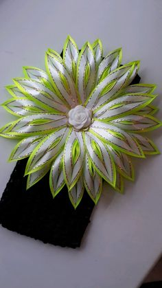 Kanzashi flower with pointed petals Flower Hair Bows, Satin Ribbon Flowers, Cloth Flowers, Ribbon Art, Diy Hair Bows, Ribbon Crafts, Flower Crafts, Diy Flowers, Ribbon Bows