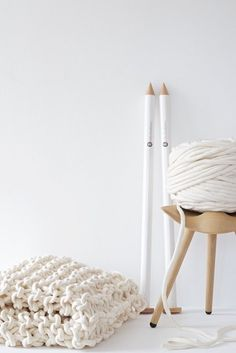 extreme knitting - chunky knits with felted merino yarn Finger Knitting Blankets, Giant Knitting, Chunky Knitting Patterns, Knitted Blankets, Laine Chunky, Decoration Branches, Extreme Knitting, Knit Basket, Chunky Yarn