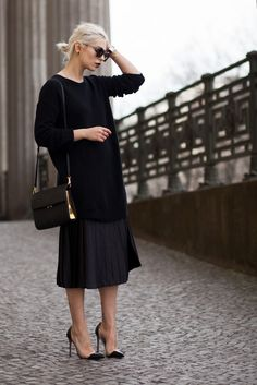 The Midi Skirt | view more details on my blog | plissee midi skirt in black | Cartier jewelry | Gianvito Rossi shoes | street style | fashion | outfit | Berlin | all black everything |