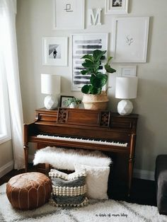 10 Ways To Decorate Around A Piano &; Home Made By Carmona 10 Ways To Decorate Around A Piano &; Home Made By Carmona saba sabaaydini home related The piano is often […] room layout with piano Piano Living Rooms, Formal Living Rooms, Dining Room, Piano Vertical, Piano Room Decor, Front Room Decor, The Piano, Home Music Rooms, Music Corner