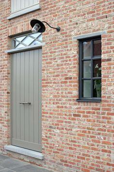 Steel look ramen Wortegem-Petegem Grey Window Frames, Brick Rendering, Victorian Front Garden, Front Doors With Windows, Dutch House, Outdoor Paint, Backyard Garden Design, Brickwork, Paint Colors For Home