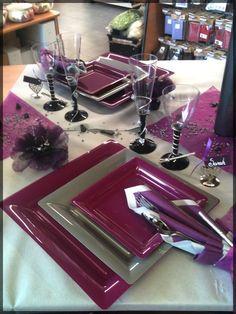Table de Fête Lila et Gris crème. Parfait pour Noël, le réveillon, un anniversaire ou un mariage ! Retrouvez toutes nos décorations de table sur : http://www.boutique-jourdefete.com/blog/actualite-des-magasins/idees-de-decoration-de-table/