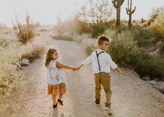 tips to nail your family photos love this sibling shot in desert boho family photos Large Family Poses, Family Picture Poses, Family Picture Outfits, Family Photo Sessions, Family Posing, Family Portraits, Mini Sessions, Winter Family Photos, Outdoor Family Photos