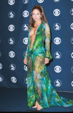 We all remember that revealing J LO green Versace Dress. But this time Jennifer Lopez decided to cover up in this green Versace dress as she grace the Jennifer Lopez Ropa, Jennifer Lopez Green Dress, Grammy Outfits, Outfits 2014, Grammy Fashion, Fashion Idol, Fashion Photo, Grammy Red Carpet, Vaquera Sexy