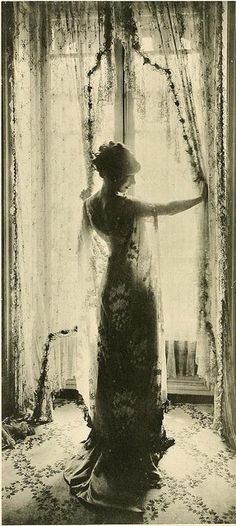 photography vintage everyday: The Beauty of Edwardian Women – Charming Photos of 'Ladies f. vintage everyday: The Beauty of Edwardian Women – Charming Photos of 'Ladies from the Back' in the Looks Vintage, Vintage Love, Vintage Beauty, Vintage Ladies, Vintage Gypsy, Vintage Woman, Vintage Style, Vintage Pictures, Old Pictures