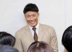 会見中に笑顔を見せる糸井嘉男=大阪市内のオリックス球団事務所(撮影・持木克友)