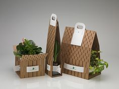The goal was to design a carrier for potted plants that is suitable for an endless variety of sizes and shapes. This carriers consist of three materials: perforated cardboard, paper stripes and paper handles. With this equipment it is possible to arrange …