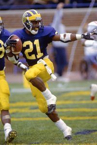 Desmond Howard returns a yard punt against Ohio St. in the Big House and poses a familiar stance to put the Wolverines up Desmond Howard would go on to win the Heisman trophy. College Football, Big Ten Football, Football Stuff, Football Players, Detroit Football, Football Poses, Tech Football, Football Baby, Football Field