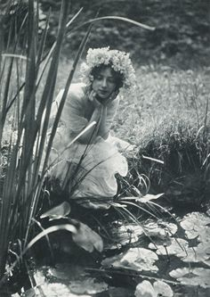 Im Schilf is a vintage water lily nymph - Charles Émile Joachim Constant Puyo. Vintage Pictures, Vintage Images, French Vintage, Beltane, Foto Art, Vintage Photographs, Vintage Beauty, Faeries, Black And White Photography