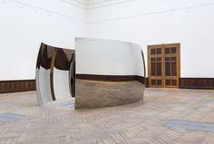 """L'oeuvre de la semaine: les reliefs rougeoyants de """"Double Vertigo"""" d'Anish Kapoor"""