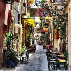 Image issue du site Web http://www.rental-center-crete.com/images/scenery-small-street-in-chania-old-town.jpg